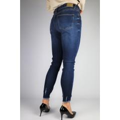Ciemnoniebieskie spodnie jeansowe z przetarciami i postrzępionym dołem nogawek