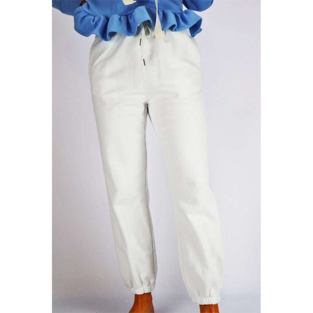 Białe spodnie dresowe...