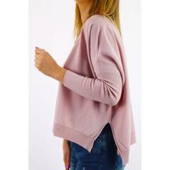 Pudrowy sweter damski ze ściągaczami na rękawach oversize