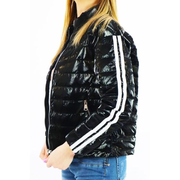 Czarna kurtka damska pikowana z podwójnym białym lampasem na rękawach