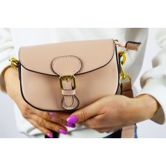 Mała damska kopertówka w kolorze pudrowym z materiałowym długim paskiem