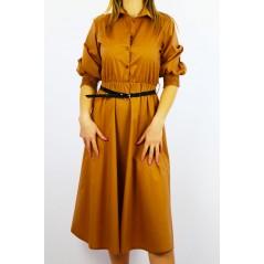 Sukienka o długości 7/8 koszulowa camelowa z czarnym paskiem