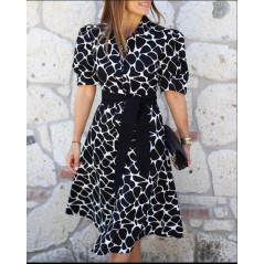 Koszulowa czarna sukienka damska z białymi akcentami i szarfą w pasie