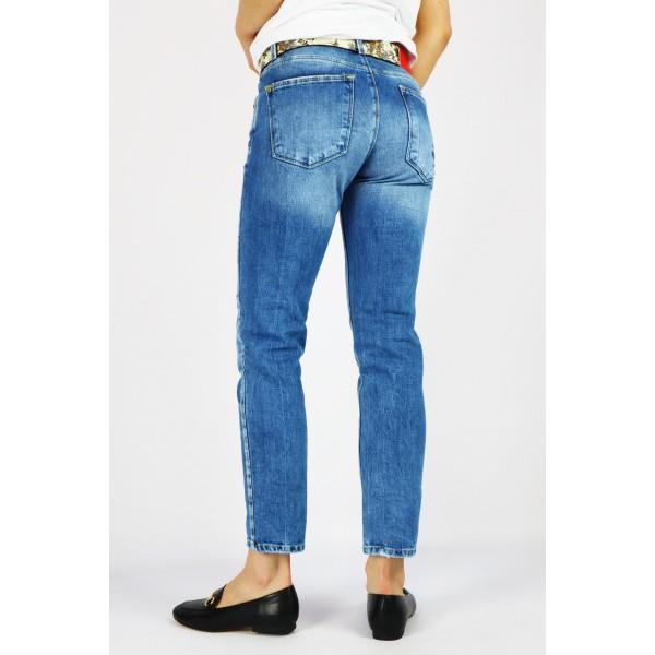 Niebieskie spodnie jeansowe damskie z ozdobnym haftem z tyłu