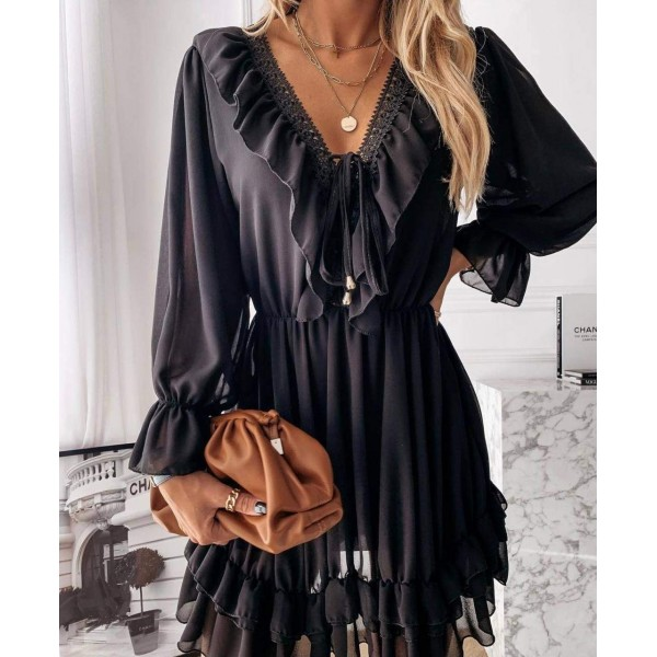 Czarna sukienka damska rozkloszowana z bufiastymi rękawami i falbankami