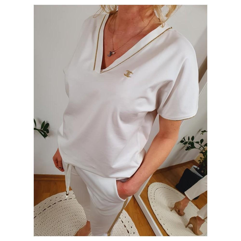 T-shirt damski biały ze złotą lamówką i przypinką