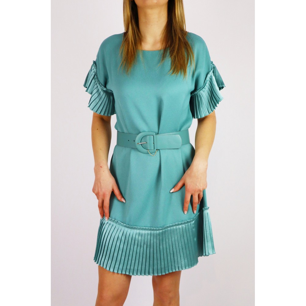 Zielona sukienka damska z ozdobnymi wykończeniami