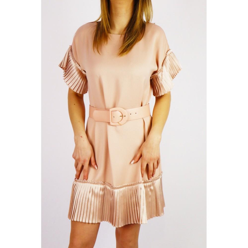 Pudrowa sukienka damska z ozdobnymi wykończeniami