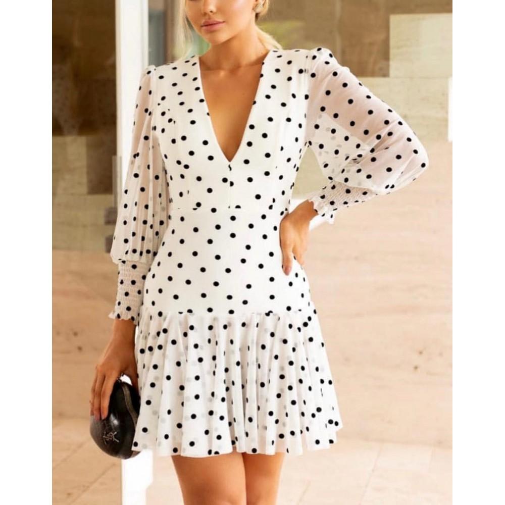Biała sukienka w grochy damska podkreślająca walory sylwetki